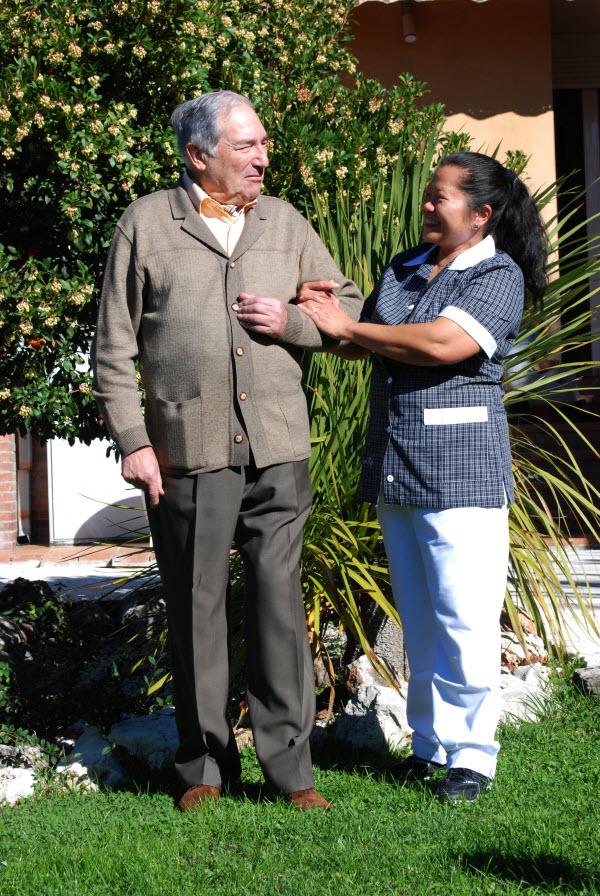 Cuidadora con persona mayor