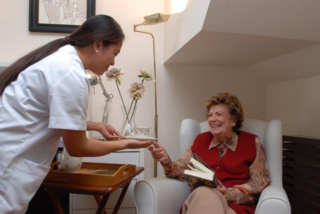 Cómo elegir al cuidador ideal para una persona mayor