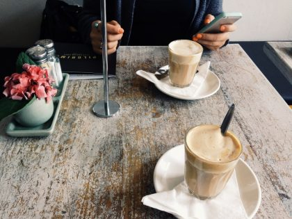 Trabajadora Domestica tomando cafe