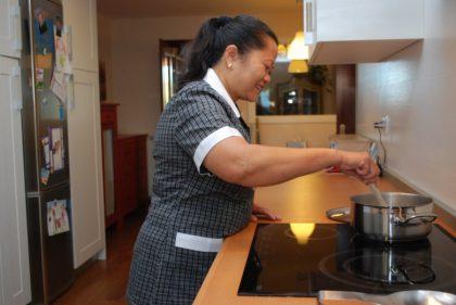 buena relacion con tu empleada de hogar interna - empleada interna cocinando