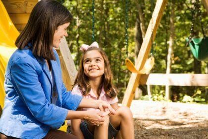 seguridad en casa y situaciones de riesgo - mujer con ninya en columpio