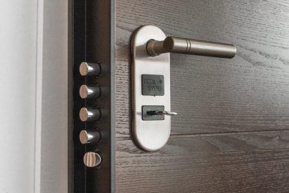 seguridad en casa - puerta reforzada
