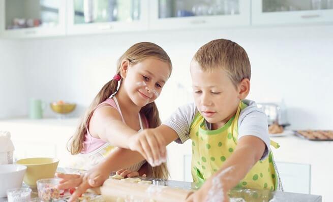 A que edades deben los hijos colaborar en las tareas domesticas-cocinando
