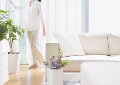Beneficios de contratar a una empleada del hogar impiando salon