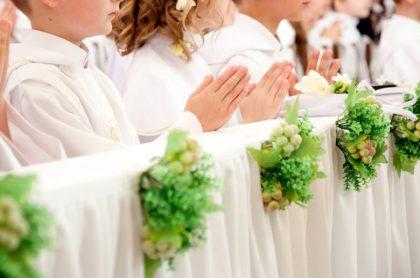 Niños rezando en la comunión