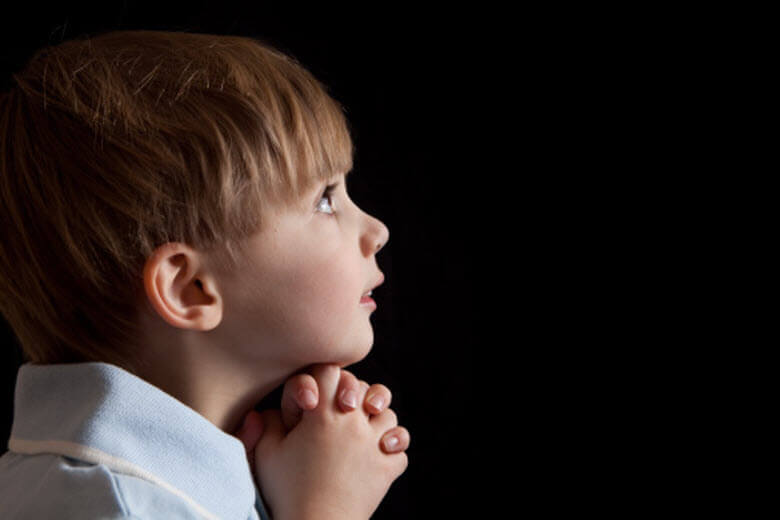 ¿Conviene invitar a la niñera a la comunión de nuestro hijo?
