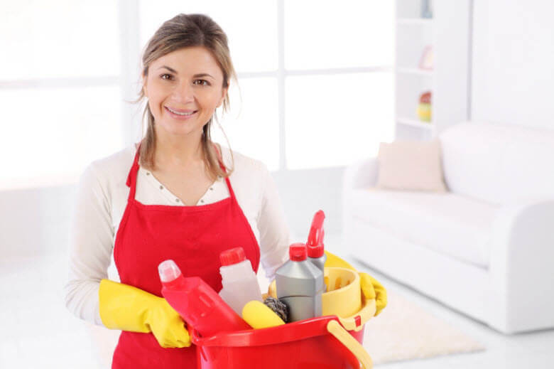 Recomendaciones para fidelizar a una buena empleada de hogar. Empleada con cubo de fregar