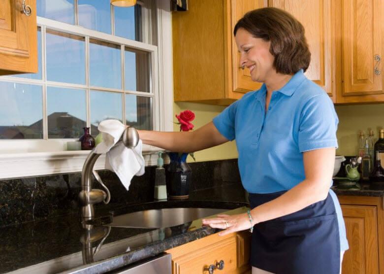 Recomendaciones para fidelizar a una buena trabajadora. Empleada limpiando el fregadero