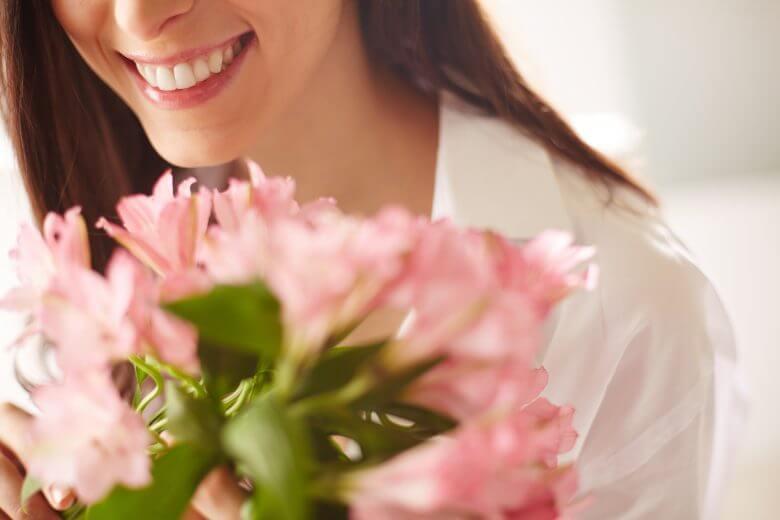Mujer ofreciendo flores