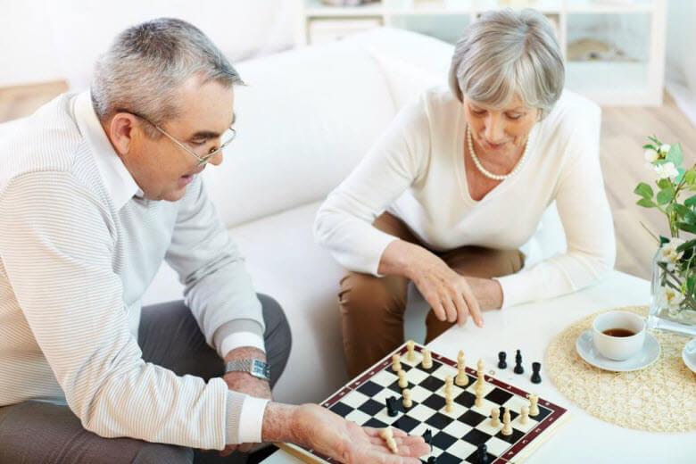 La importancia del ocio en las personas mayores - jugando al ajedrez