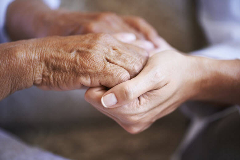 Remuneración de empleada interna para limpieza y acompañamiento de mayores