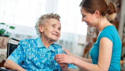 Remuneración de empleada interna para limpieza y acompañamiento de mayores - cuidadora con persona mayor