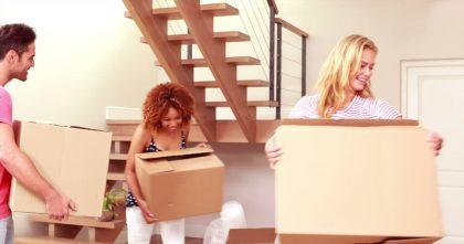 Madanza - Tres personas con cajas en la mano