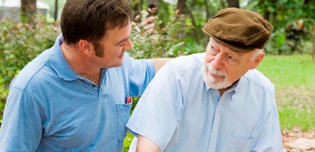 Necesitamos una persona que cuide durante el día a mi padre ¿Es mejor un cuidador o una cuidadora?