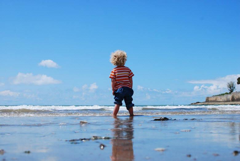 Qué hacer si el niño se pierde en playa y cómo evitarlo - niño solo en la playa