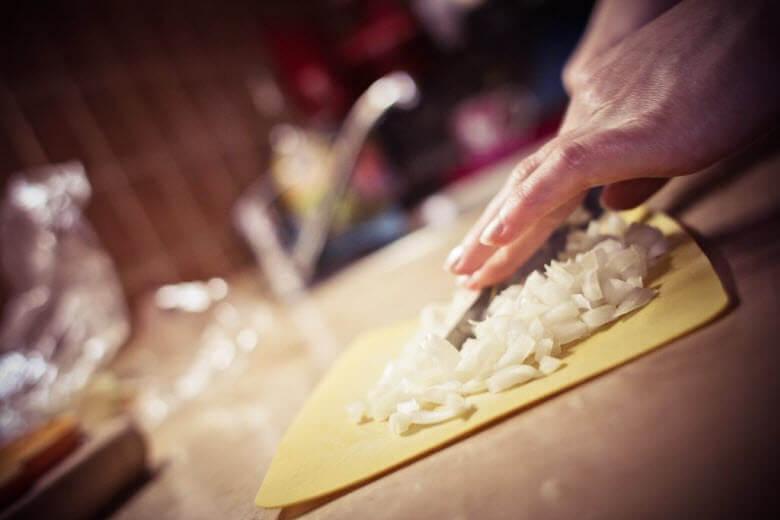 ¿Puede una asistenta de hogar trabajar en dos casas con un solo contrato?