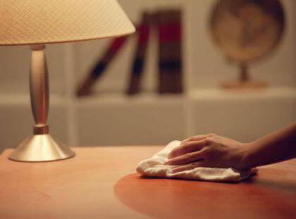 puede-una-asistenta-de-hogar-trabajar-en-dos-casas-con-un-solo-contrato-limpiando-la-mesa