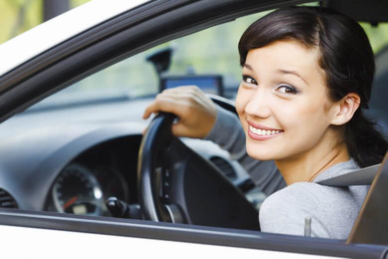 Tengo que asegurar mi empleada interna para conducir nuestro coche-conductora sonriendo