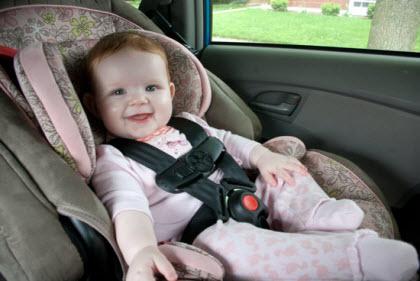 Tengo que asegurar mi empleada interna para conducir nuestro coche-niño en sill de coche