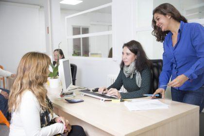 Que ventajas tiene contratar empleadas de hogar por una Agencia de Colocacion autorizada-dos asesoreas y una clienta