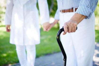 2.1-Aprende a cuidarte para cuidar mejor-cogido de la mano al la persona mayor
