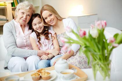 Aprende a cuidarte para cuidar mejor-familia con persona mayorr en el sofa