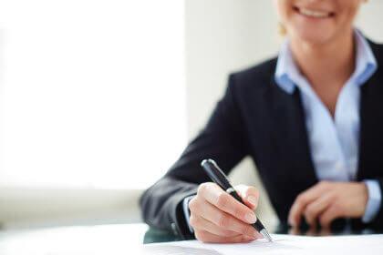 es necesario-hacer un contrato de asistenta de hogarr-mujer firmando contrato