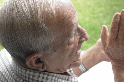 Señor mayor con demencia