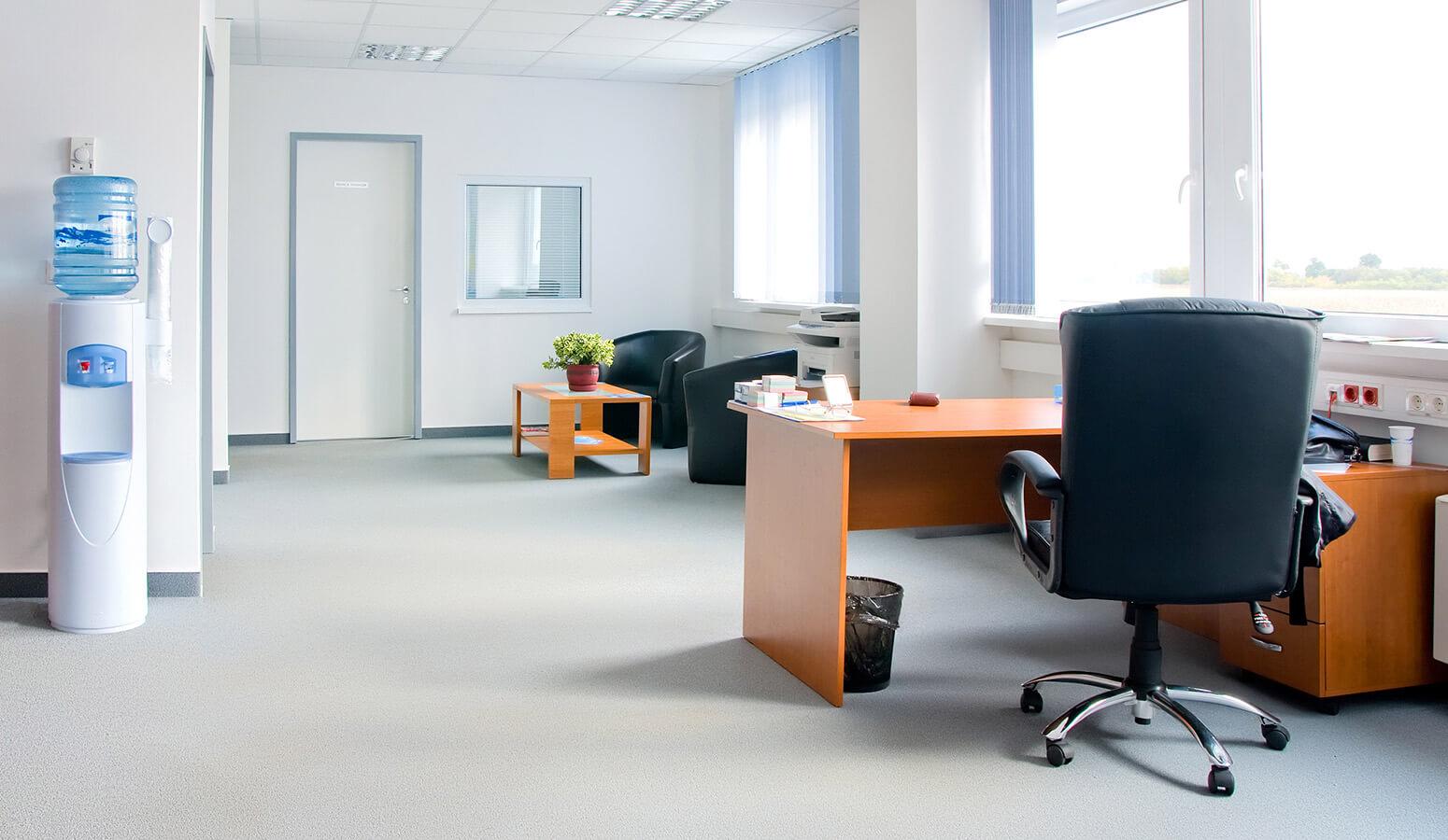 ¿Mi empleada de hogar puede limpiar en mi empresa?