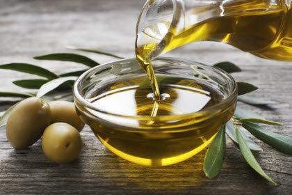 Poniendo Aceite de oliva en un cuenco.jpg