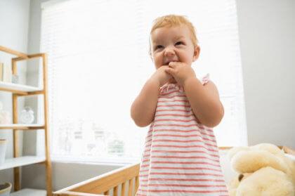 Cómo elegir productos seguros para tu bebé-Niña llorando en la cuna