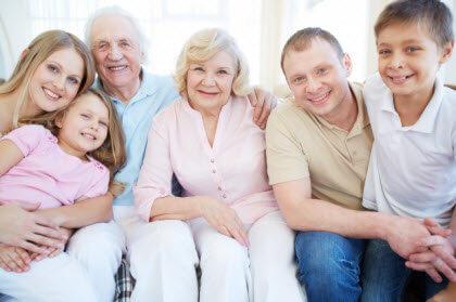 Cómo son las personas mayores- la famila completa en el sofa