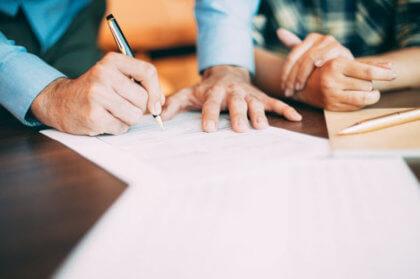firmando contrato con empleada de hogar