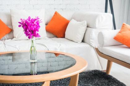 salón con sofá blanco y mesa redonda condujeron en medio
