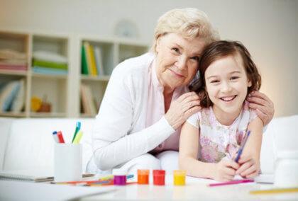 Qué hacer con los niños en verano-Abuela con niña