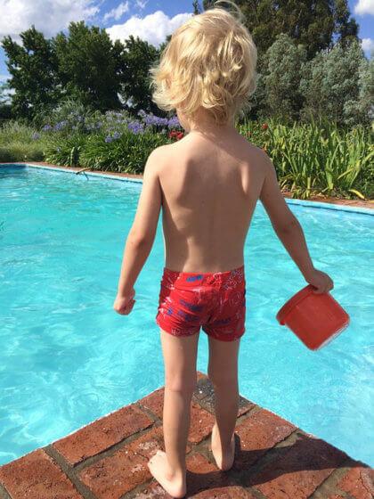 Decálogo para la seguridad infantil en piscinas - niño delante de pisicna