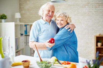 extremar el cuidado de ancianos en verano-pareja mayor abrazandose
