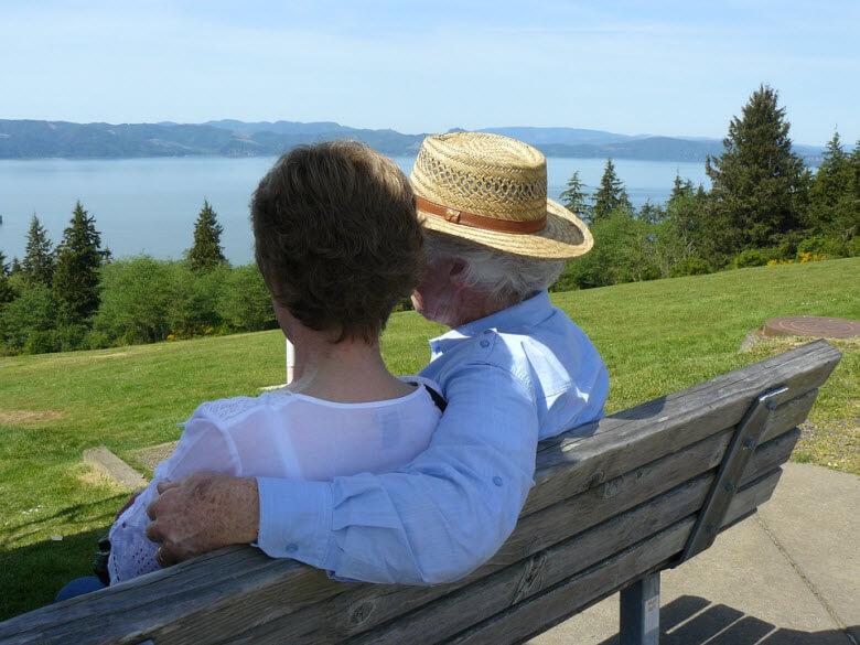 extremar el cuidado de ancianos en verano-pareja mayor de espaldas en un banco