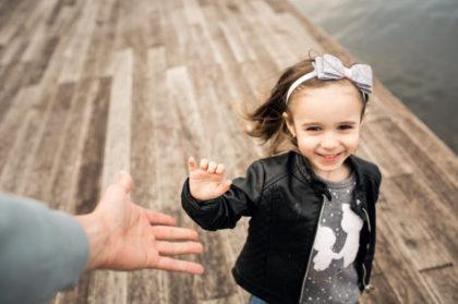 disciplina positiva-niña alcanzado mano tendida de un mayor