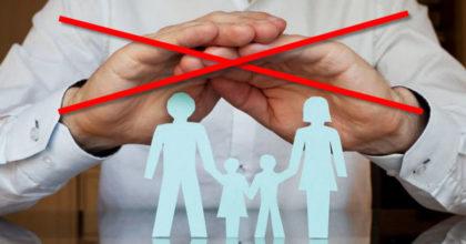 seguridad social manos tachadas encima de familia
