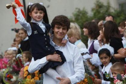 Vuelta al cole - En rusia niños llevan trajes especiales y las niñas cintas blancas con flores en el pelo