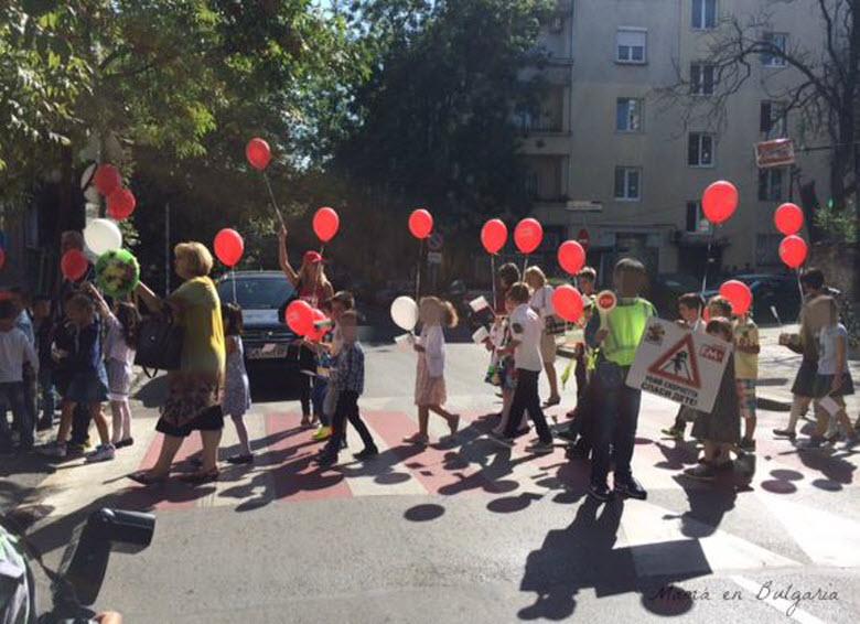 Vuelta al cole - ofrendas de flores de los niños a los profesores búlgaros