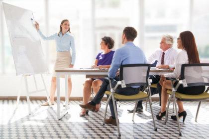 Normas de protocolo - Reunión trabajo delante de pizarra