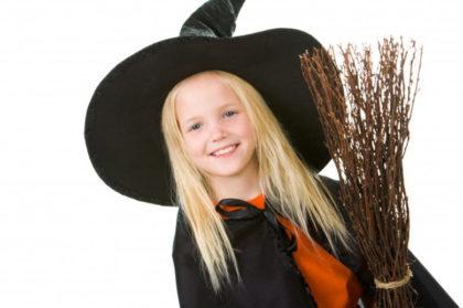0-3.2-Halloween - niña vestida de bruja con escoba