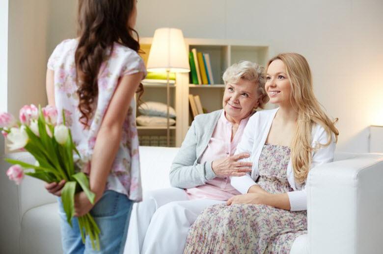 Consejos de etiqueta para ninos y mayores - hija con ramo de flor a la espalda