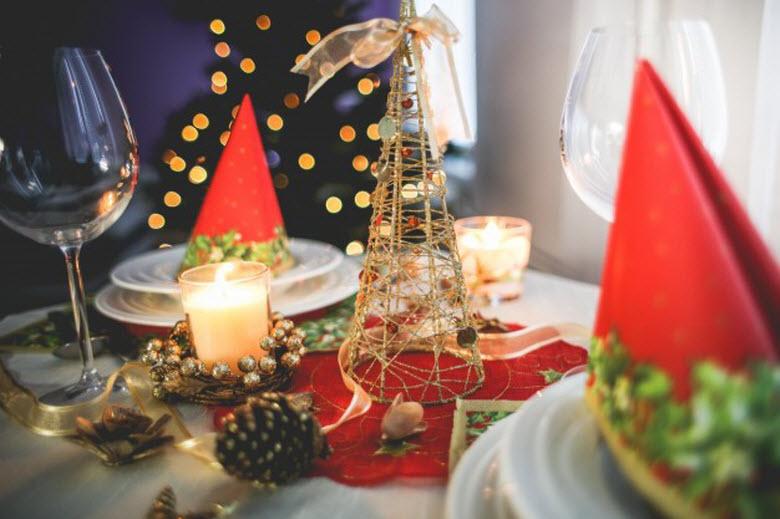 Navidad y ayuda doméstica-mesa decorada de cena de Navidad