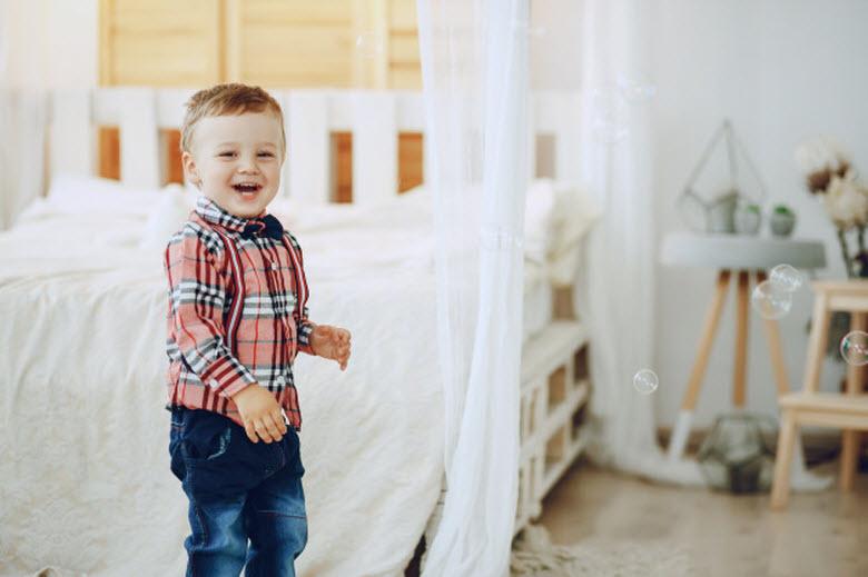 Actividades con lluvia-Niño delante de cama con burbujas