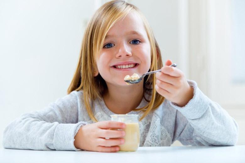 buenos hábitos a los niños-chica comiendo un yogur