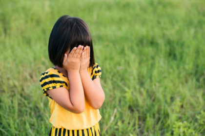consejos para evitar que tu hijo se pierda-chica llorando con manos en los ojos