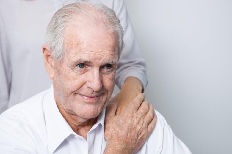 La atención de ancianos y mayores: ¿Mejor un cuidador o una cuidadora?